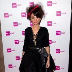 Cher Lloyd, envuelta para regalo en Navidad