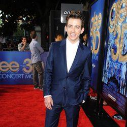 Kevin McHale en la alfombra roja de 'Glee'