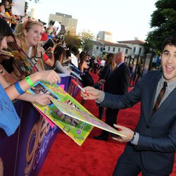 Darren Criss, muy atento con sus fans en el estreno de 'Glee'