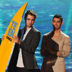 Robert Pattinson y Joe Jonas en la gala de entrega de los Teen Choice Awards 2011