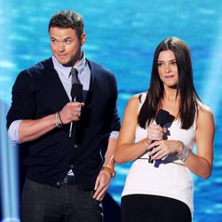 Kellan Lutz y Ashley Greene en la gala de los Teen Choice Awards 2011
