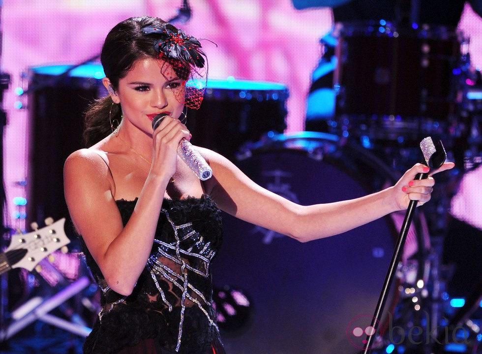 Selena Gomez actuando en los Teen Choice Awards 2011