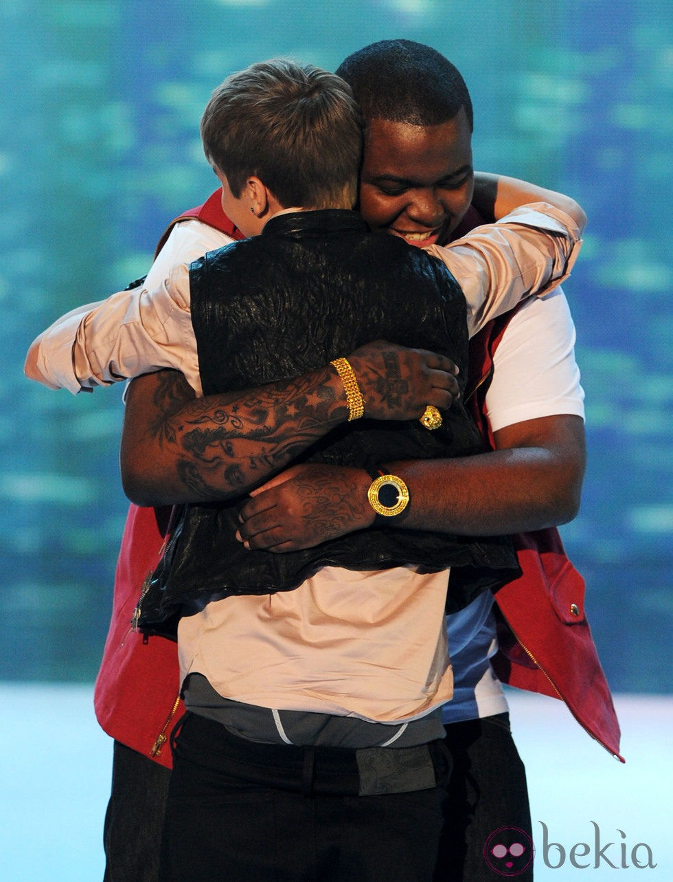 Justin BIeber y Sean Kingston abrazados en los Teen Choice Awards 2011