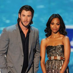 Chris Hemsworth y Zoe Saldaña en los Teen Choice Awards 2011