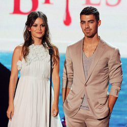 Rachel Bilson y Joe Jonas en los Teen Choice Awards 2011