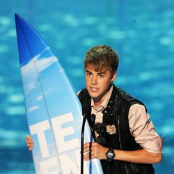 Justin Bieber recoge su premio en los Teen Choice Awards 2011