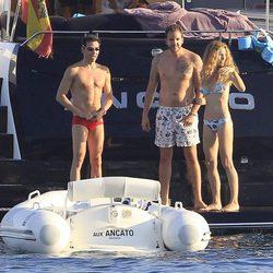 David Meca presume de torso desnudo junto a Borja Thyssen y Blanca Cuesta