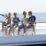 Los cuatro nietos de los Reyes observan el último día de regatas 2011