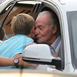 Pablo Urdangarín besa cariñosamente al Rey en Mallorca