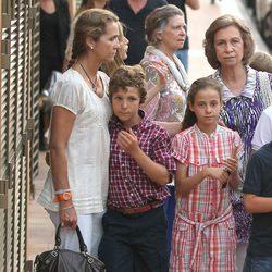 La Reina, la Infanta Elena y sus hijos y la Princesa Irene en Puerto Portals