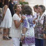 La Infanta Elena besa a la Reina Sofía junto a Irene de Grecia en Mallorca