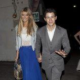 Delta Goodrem y Nick Jonas felices y sonrientes en Los Angeles