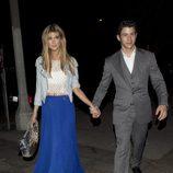 Nick Jonas y Delta Goodrem cogidos de la mano en Los Angeles