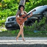 Amy Winehouse pasea con una guitarra en Santa Lucía en 2009