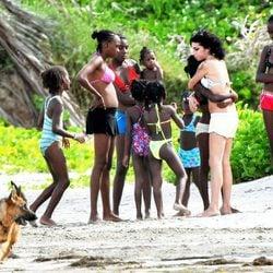 Amy Winehouse con unas niñas en Santa Lucía en 2009