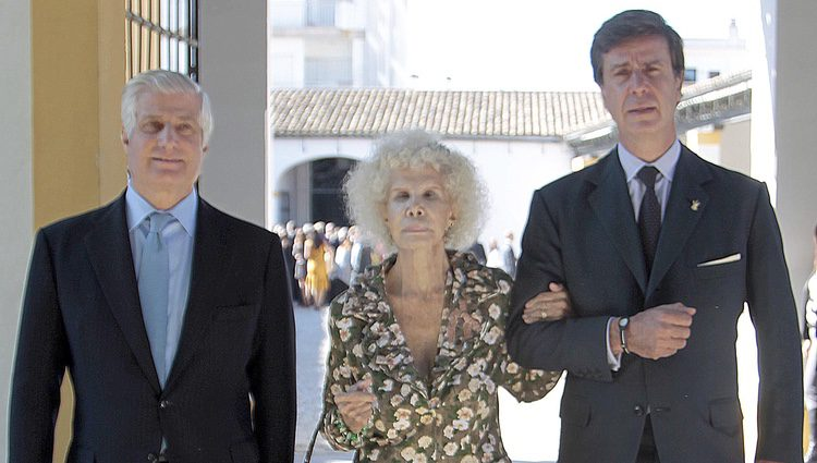 La Duquesa de Alba con sus hijos Carlos y Cayetano