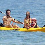 Alessandra Ambrosio con su marido y su hija en Hawai