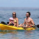 Alessandra Ambrosio disfruta de Hawai con su marido y su hija
