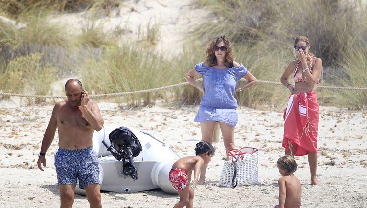 Ana Rosa Quintana, Juan Muñoz y sus hijos en Ibiza