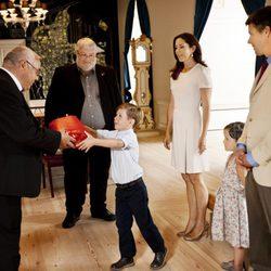Autoridades groenlandesas entregan un regalo a Christian de Dinamarca