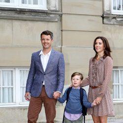Federico y Mary de Dinamarca con su hijo Christian en su primer día de colegio