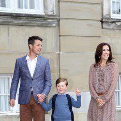 El Príncipe Christian de Dinamarca, feliz junto a Federico y Mary de Dinamarca