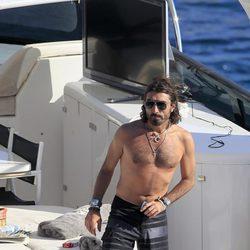 Javier Hidalgo luce pecho desnudo en alta mar
