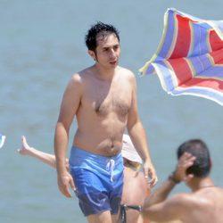 Berto Romero con el torso desnudo