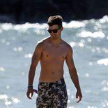 Joe Jonas con el torso desnudo en la playa