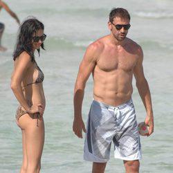 Marco Jaric en la playa con Adriana Lima