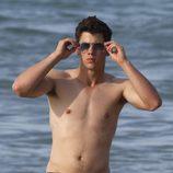 Nick Jonas presume de torso desnudo en la playa