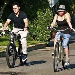 Hilary Duff y Mike Comrie en bicicleta