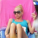 Belén disfruta de la lectura durante sus vacaciones en Benidorm