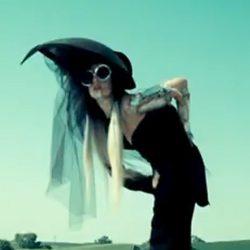 Lady Gaga de negro y con pamela en el videoclip 'You and I'