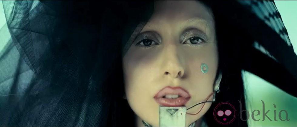 Lady Gaga de luto riguroso en el videoclip 'You and I'
