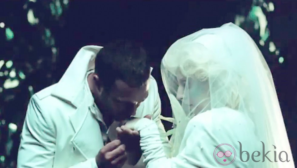 Lady Gaga se casa en el videoclip de 'You and I'