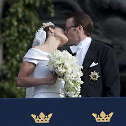 Los Príncipes Victoria y Daniel de Suecia besándose el día de su boda
