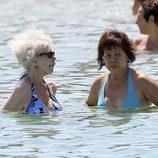 Cayetana de Alba y una ayudante se bañan en Ibiza