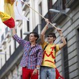 Dos jóvenes católicos de la JMJ 2011 enarbolan banderas