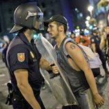 Un policía y un manifestante se encaran tras la marcha laica