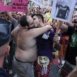 Dos hombres se besan en la marcha laica