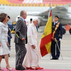 El Papa y los Reyes junto a una bandera de España en el aeropuerto de Madrid