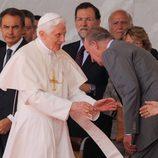 El Rey Juan Carlos I saluda al Papa Benedicto XVI en el aeropuerto de Madrid