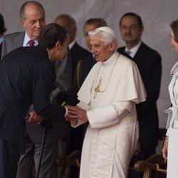 Zapatero se inclina ante el Papa Benedicto XVi junto a los Reyes en Madrid