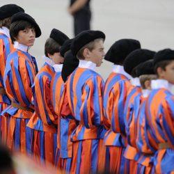 Guardia Suiza compuesta por niños en la recepción al Papa en Barajas