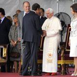 El Presidente Zapatero saluda al Papa junto a los Reyes de España