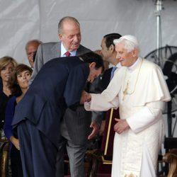 Mariano Rajoy se inclina ante el Papa Benedicto XVI en Madrid-Barajas