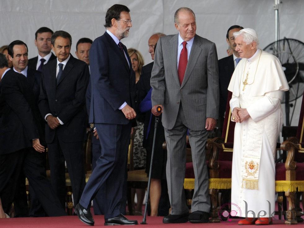 Mariano Rajoy se dispone a saludar al Papa junto al Rey en Barajas