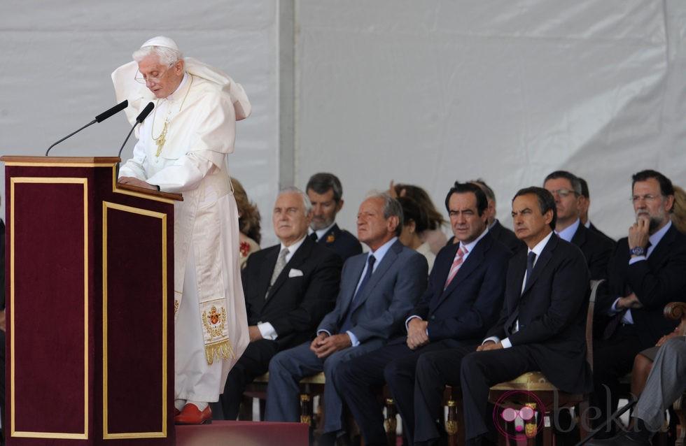 El viento juega una mala pasada al Papa mientras lee un discurso en Madrid-Barajas
