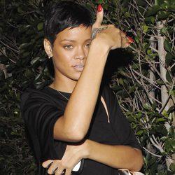Rihanna se tapa la cara mientras deja al descubierto su tatuaje